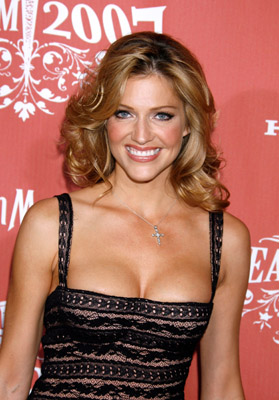tricia helfer taille